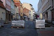 Pokračující opravy ve Francouzské ulici.