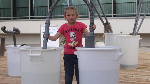 Dětem se poprvé otevřela venkovní expozice Vidy. Zjistily, co umí voda a oheň