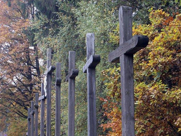 Nevěsta, ženich, svatebčané a dva vrazi. Těla těchto lidí mají podle pověsti ležet pod devíti dřevěnými kříži u dálnice D1 na Brněnsku.