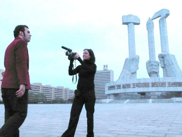 I přesto, že je do KLDR zakázáno vozit mobilní telefony a videokamery, Jablonská dokument natočila.