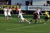 Líšeňští fotbalisté (v bílém) zvítězili v prvním kole FORTUNA:NÁRODNÍ LIGY 3:2 nad Viktorií Žižkov.