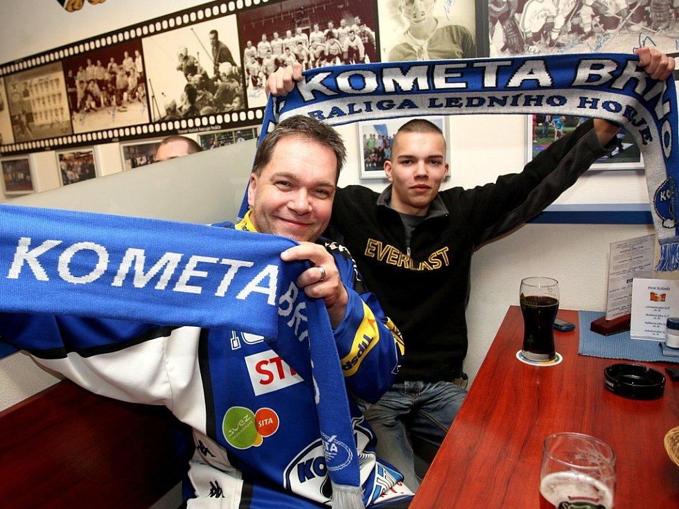 Fanoušci Komety sledují zápas s Kladnem.