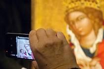 Středověký obraz Madony z Veveří je od pondělí chloubou brněnského Diecézního muzea. Po osmdesáti letech se vrátil zpět svému majiteli, farnosti z Veverské Bítýšky. Ta se o jeho vlastnictví dlouhodobě přela s Národní galerií.