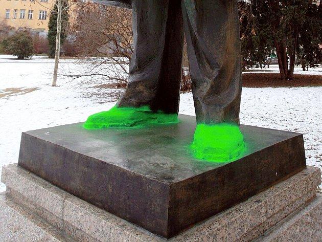 Neznámí vandalové natřeli nohy sochy Jiřího Mahena nazeleno.
