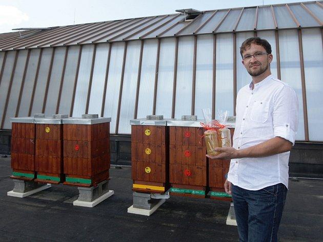 První várka akátového medu od včelstev ubytovaných na střeše krajského úřadu v Brně už je uskladněná ve sklenicích.