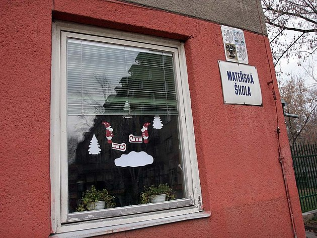 Pracovníci školky už hákové kříže vytvořené vandalem z oken odstranili.