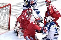 Jednička třineckého týmu Jakub Štěpánek (na snímku) vynechá kvůli nemoci první dva duely série.