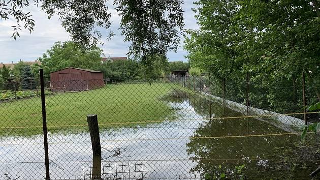 Rybník museli o víkendu po páteční večerní bouřce s přívalovým lijákem upouštět v Branišovicích na Brněnsku. Voda z potoka pak zalila zahrady.