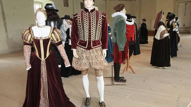 Novou výstavu historických kostýmů brněnské textilní výtvarnice Denisy Richterové zahájil hrad Veveří v Brně, a to pod názvem Šaty k tanci i pohledu. Jedná se o dvě desítky kostýmů inspirované historickou módou.