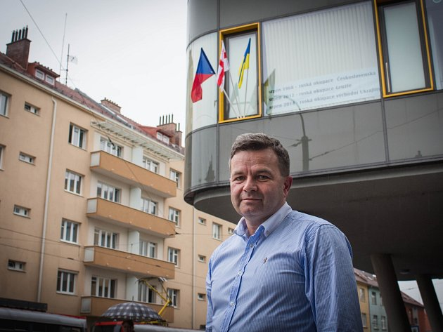 Srpen 1968 a další okupace připomenul lékař René Skoumal vyvěšením vlajek na rohu Purkyňovy a Skácelovy ulice v Brně.