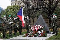 K 20. výročí Sametové revoluce položili brněnští představitelé kytice k pomníku tří odbojů.