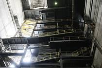 Místnost, která je velká asi jako desetipatrový panelák, lemuje přibližně deset balkónů a schodišť pro obsluhu. Uprostřed zdí je však místo strojů obrovská mezera. Takzvanou jámu, kde dřív stával jeden z kotlů, představuje seriál Za zavřenými dveřmi.
