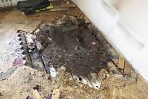 Kvůli neopatrnosti vzplála v pátek večer parketová podlaha bytu v brněnské Gorkého ulici. Hasiči na místě zasahovali přibližně hodinu.
