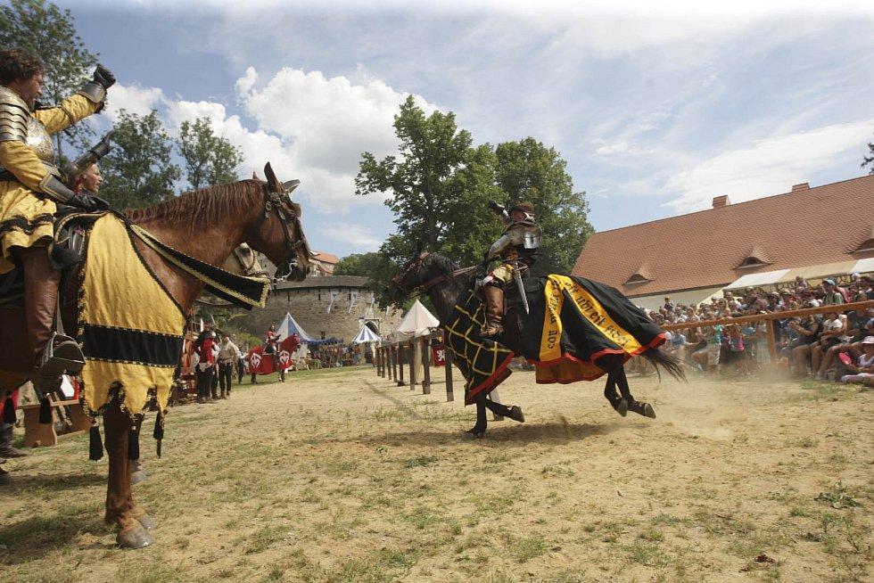 Šašci, dvorní paní a rytíři ze všech koutů Zemí koruny české se v sobotu sjeli na hrad Pernštejn na Brněnsku. Od víkendu tam totiž probíhají Slavnosti pernštejnského panství. Vrcholem sobotního programu byl rytířský turnaj na koních.