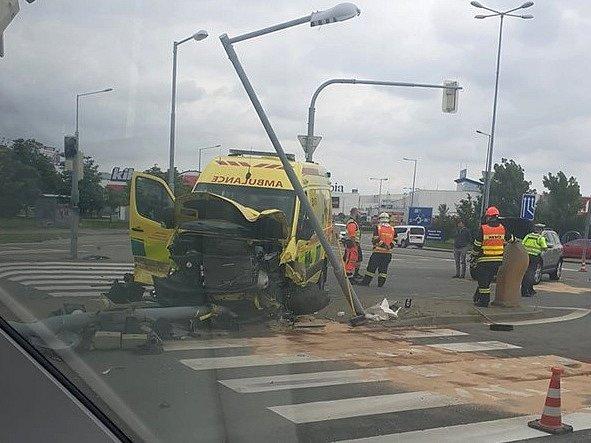 Čtyři lidé se zranili při nehodě sanitky s autem v Modřicích na Brněnsku. Vozy se střetly ve čtvrtek před devátou hodinou ráno.