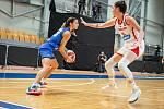 Basketbalistka Natálie Stoupalová (v bílém) si v kvalifikaci na mistrovství Evropy připsala čtyři starty.