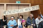Na středečním jednání zastupitelstva brněnské Bystrce vystoupili lidé, kteří se vyjadřovali k usnesení místních radních. V něm odmítli působení politicky zaměřených neziskových organizacích na bystrckých školách.