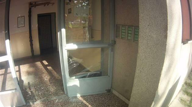 Prokopl skleněné dveře, poranil se na noze. Měl v sobě skoro čtyři promile