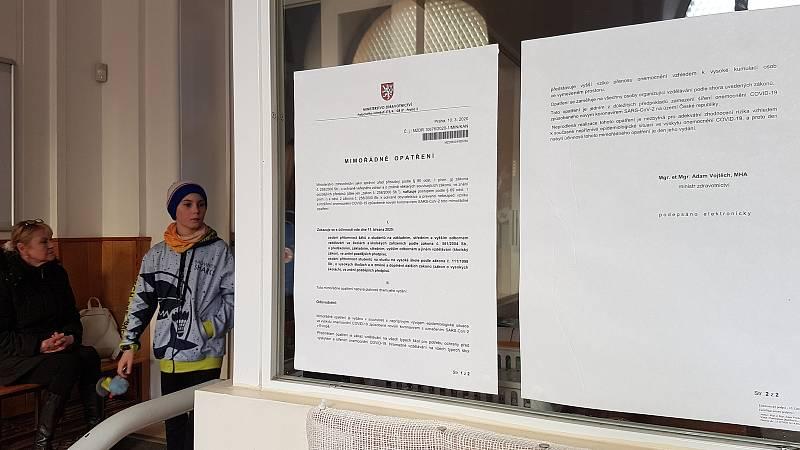V Brně se objevující oznámení informující o zrušení nebo omezení akcí a školní docházky kvůli opatřením spojených s koronavirem.