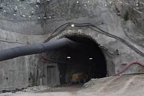 Materiál, takzvaný výrub, po dobu výstavby vozí do městské části Černovice, kde jej pracovníci upraví.