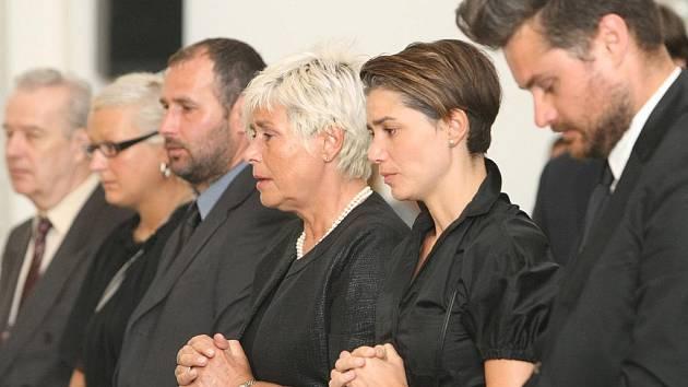 Jiříkově manželce Kristýně (třetí zprava) i synovi Michalovi a dceři Lindě kondolovaly ve smuteční síni na Vídeňské ulici v Brně desítky hostů.