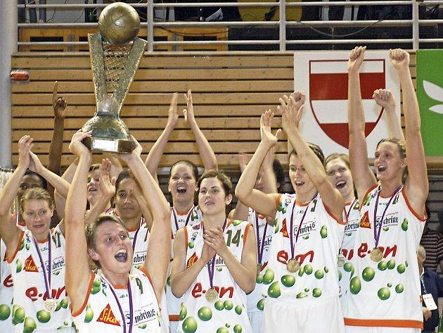 Brněnské basketbalistky (s trofejí Hana Horáková) slavily vítězství v Eurolize v domácím prostředí.