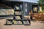 Dolní nádraží má novou lavičku. Lidé si u ní mohou přečíst knihu nebo dobít telefon