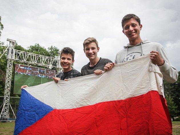 Ačkoliv svou premiéru na mistrovství Evropy ve fotbale čeští reprezentanti hráli již ve tři hodiny odpoledne, fanoušci si přesto našli čas na sledování zápasu se Španělskem i v Brně. Asi tři stovky jich sledovaly zápas na Moravském náměstí.