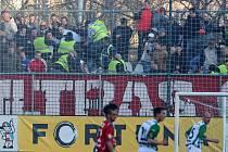 Bitka mezi brněnskými fanoušky a bezpečnostní agenturou v zápase mezi pražskými Bohemians a 1.FC Brno.
