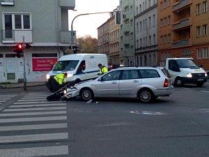 Auto se srazilo s motorkou. Motorkář skončil v nemocnici