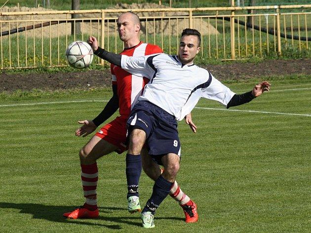 Bez porážky jsou na vlastním hřišti v letošní sezoně fotbalisté Milotic (vlevo Marek Mikéska) i Vacenovic (vpravo Tomáš Knotek).