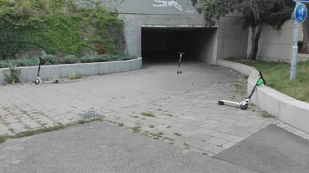 Koloběžky Lime odložené u podchodu na Staré osadě.