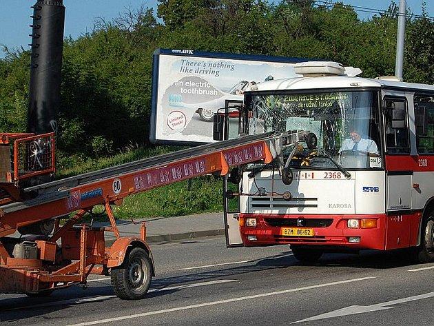 Autobus narazil čelním sklem do žebříku.
