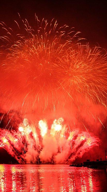 Jubilejní stý ohňostroj sledovalo 210 tisíc lidí, vyrovnali rekord z roku 2003