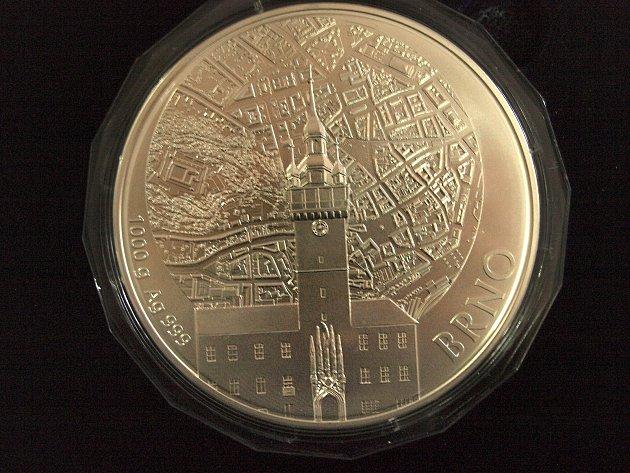 Milan Uhde ve středu pokřtil stříbrnou medaili s námětem Brna. Výtvarníci zvolili motiv staré radnice.