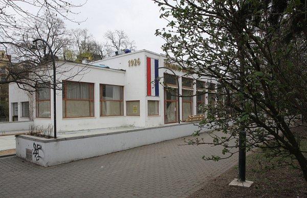 Centrum Brna chrání před hlukem zmalého dopravního okruhu park Koliště. Zároveň obklopuje prostor mezi Janáčkovým a Mahenovým divadlem. Ke známým stavbám přímo vparku patří Zemanova kavárna a Dům umění.