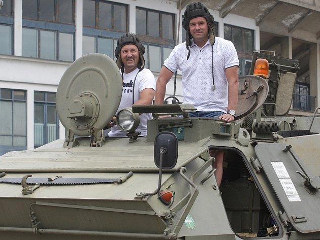 Na stadion Za Lužánkami přijel Švancara ve vojenském transportéru. Láká na Retrotéku.