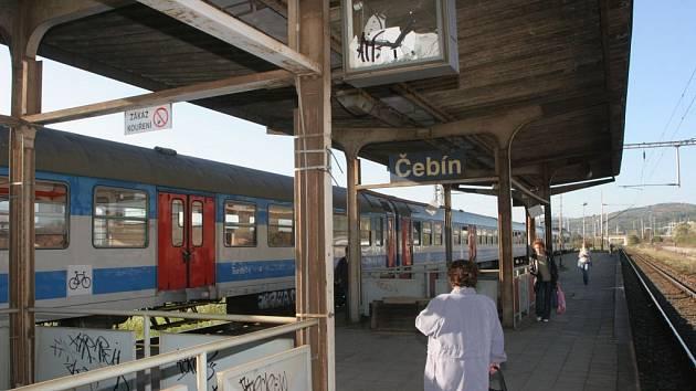 Poničené nádraží v Čebíně