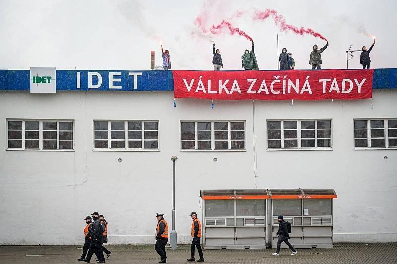 Protest proti zbrojnímu veletrhu přímo na výstavišti.