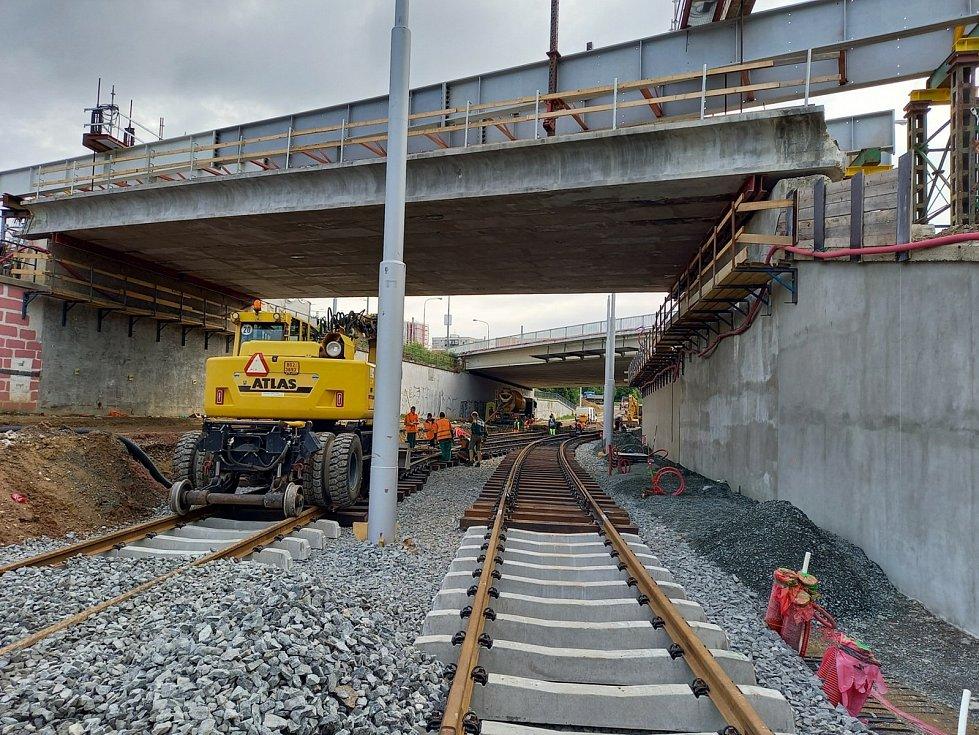 Montáž kolejí ve vyloučené tramvajové trati. Foto z první poloviny srpna.
