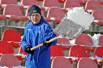 Jarní část fotbalové ligy už začíná, ale Brno zasypaly nánosy sněhu. Lopatu proto vzal do ruky na stadionu 1. FC Brno na Srbské i trenér Miroslav Beránek.