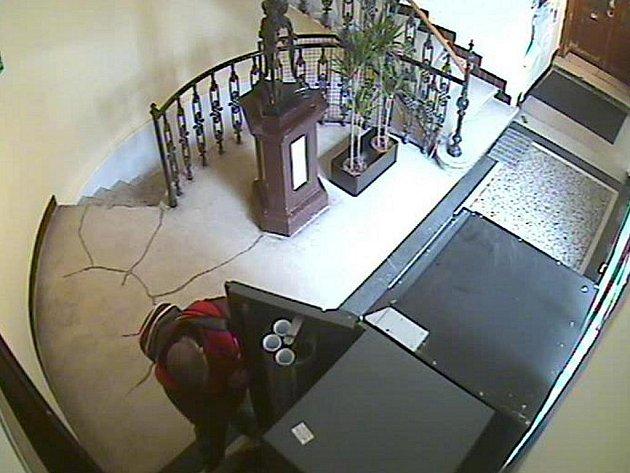 Zloději ukradli z automatu na kávu peníze.