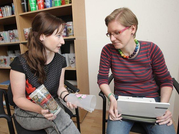 V dalším díle seriálu Na den (s) redaktorka poznala, jak vznikají vratné kelímky Nicknack.