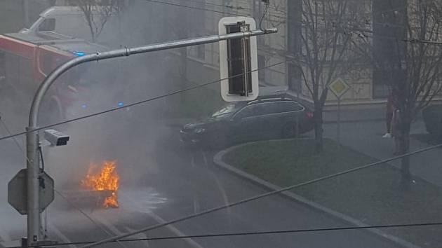 V centru Brna hořelo auto. Údolní ulice u křižovatky s Husovou je neprůjezdná