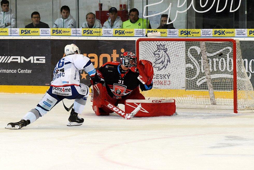 Čtvrté utkání mezi Kometou Brno v bílém a Hradcem Králové - Martin Zaťovič dává druhý gól.