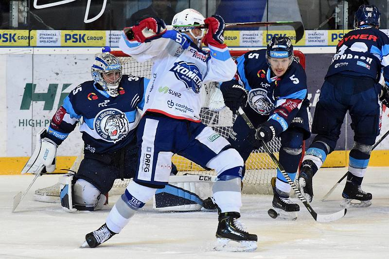 HC Kometa Brno v bílem (Jan Hruška) proti Bílým Tygrům Liberec (Ladislav Šmíd a Roman Will)