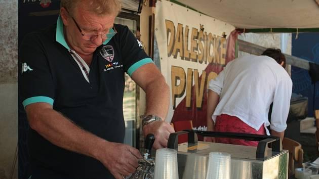 Ochutnat piva z pěti malých pivovarů se vydali lidé v sobotu a v neděli na brněnský hrad Veveří u Brněnské přehrady. Návštěvníci na nádvoří Příhrádku ochutnali piva pěti malých regionálních pivovarů.