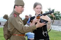 Děti si ve středu na brněnském hradě Špilberk vyzkoušely historické zbraně.