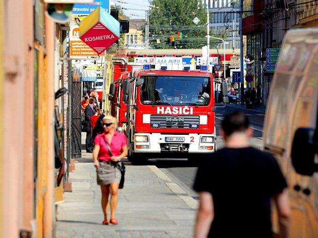 Ve skladu elektrospotřebičů na Hybešově ulici v centru Brna hořelo.