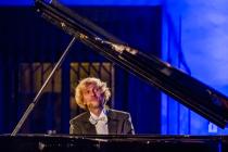 Ivo Kahánek vystoupil před dvěma lety s Berlínskou filharmonií v pražském Obecním domě. Britský dirigent Simon Rattle o něm tehdy prohlásil, že je vynikajícím pianistou s výjimečným talentem.
